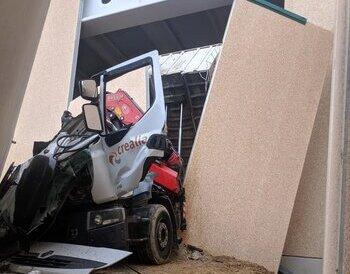 Herido tras caer material de construcción sobre su camión