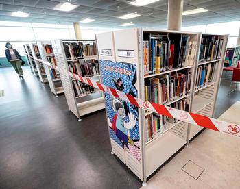 El virus hace mella, pero no derroca a las bibliotecas