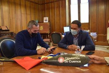Martínez Chana recibe al piragüista Alberto Lumbreras