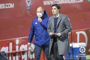 Iraola (d.) y José Alberto López, tras el partido de ida entre el Mirandés y el Rayo Vallecano en Anduva.