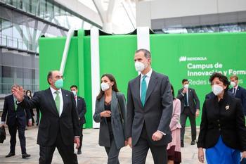 Los Reyes, acompañados de Ignacio Galán (i), visitan el Campus de Innovación y Formación de Iberdrola, junto a la ministra de Educación, Isabel Celaá (d).