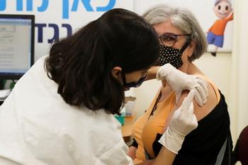 Israel ya pone la tercera dosis