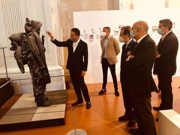 Francisco Igea visita la exposición del Proyecto Collegium