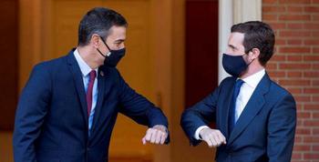 A pesar de la pérdida de votos del PSOE en las elecciones madrileñas, Sánchez (i) y Casado están condenados a entenderse, como representantes de las dos grandes fuerzas de la política nacional.