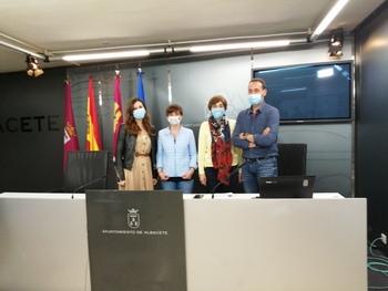 La concejal de Barrios, Ana Albadalejo, junto a los funcionarios artífices de la nueva aplicación.