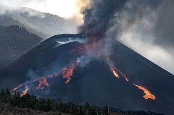 El colapso parcial del cono deja expuesta una gran fuente de lava