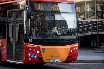 Imagen de antes de la pandemia de un conductor sin mascarilla al volante de un bus urbano en Burgos.