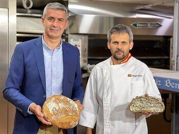 Álvaro Gutiérrez visita la panadería Ruiz Benayas de Maqueda