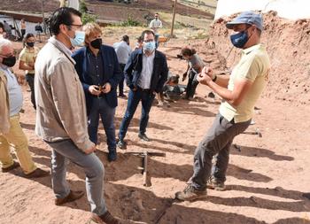 Caballero visita las excavaciones del Camino del Pozarrón