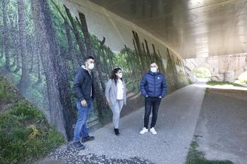 El bosque crece bajo el puente de Fuente Prior