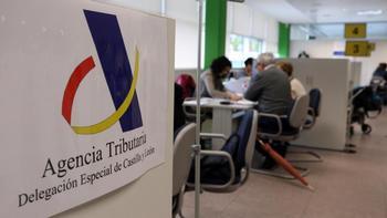 Instalaciones de la Agencia Tributaria donde varias personas realizan su declaración de la renta.