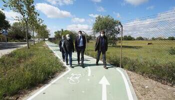 Óscar Puente visita el nuevo tramo de carril bici inaugurado en el Páramo de San Isidro.