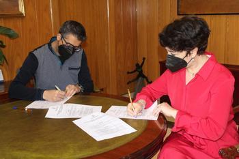La alcaldesa de Socuéllamos, Elena García, y el presidente del club, José Enrique Álvarez, firman el convenio de colaboración.