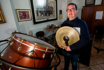 Rafa Redondo posa rodeado de instrumentos de percusión.