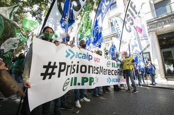 Funcionarios de prisiones se manifiestan en la capital