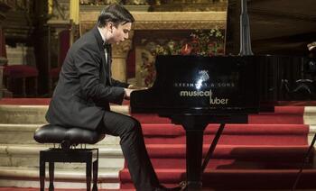 Una promesa rusa del piano en el altar mayor de la Catedral