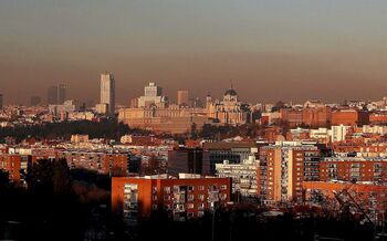 Vista de la 'boina' generada por el uso masivo de estufas y calefacciones tras el paso del temporal 'Filomena' en Madrid.