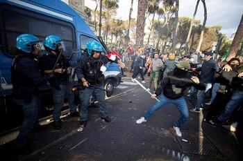 Antivacunas y neofascistas asaltan un hospital en Roma
