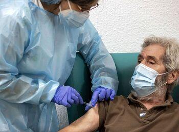 Más de 1.500 personas reciben la tercera dosis de la vacuna