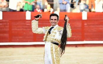Serrano cortó dos orejas y un rabo en Munera
