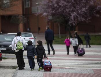 La custodia de los menores genera conflictos los viernes a la salida de los colegios.