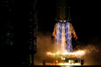 China pone en órbita a la tripulación de su estación espacial