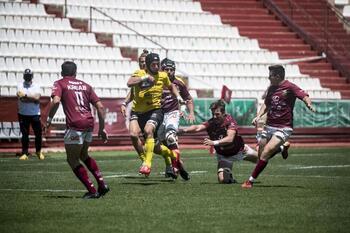 Tres jugadores del UBU Bajo Cero, con el XV del León