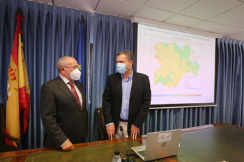 El subdelegado del Gobierno en Valladolid, Emilio Álvarez, acompañado por el jefe del Grupo de Predicción y Vigilancia de la Delegación Territorial de la AEMET en la Comunidad, Jesús Gordaliza, hacen balance meteorológico.
