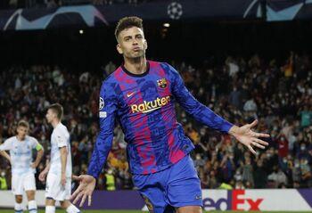 Piqué da un triunfo vital al Barça