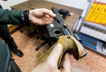 Una veintena de burgaleses con licencia para portar pistolas