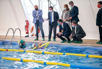 Page revisa la reforma de la piscina municipal de Fuensalida