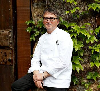 Andoni Luis Aduriz, en la puerta de su restaurante, en la localidad guipuzcoana de Errenteria.