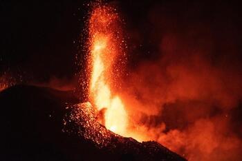 El cono del volcán se parte y provoca nuevos desbordamientos
