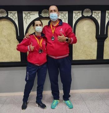 Nuria Díaz y Enrique Ruiz Arenas posan con sus medallas.