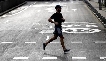 Un deportista en la calle Juan Bravo en Madrid, durante la desescalada.