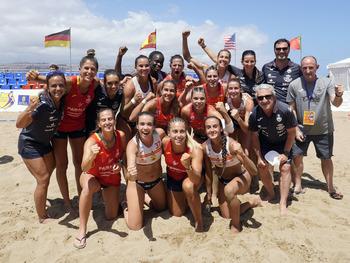 Jimena Laguna (agachada, segunda por la izquierda), celebrando un triunfo con sus compañeras de la selección española.