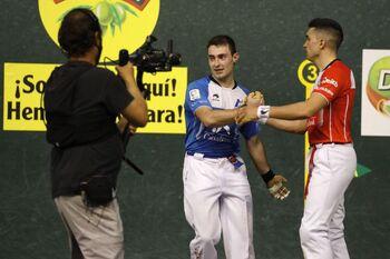 Víctor saluda deportivamente a Salaberria a la conclusión del encuentro.