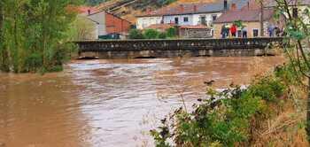 Hontoria del Pinar se inunda al desbordarse el río Lobos