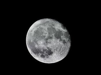 Una reacción muy simple puede producir agua en la Luna