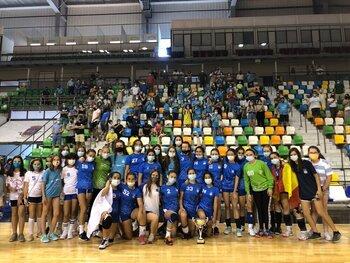 La plantilla de Marianistas, con su afición tras ganar el sector en el Quijote Arena.