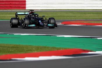 Hamilton se sobrepone a la sanción para arrasar en Silverstone