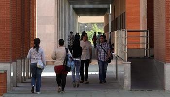 Imagen de archivo de alumnos en las dependencias de la Universidad.