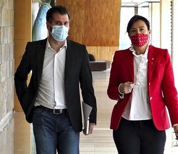 Los socialistas Luis Tudanca y Ana Sánchez llegan a la sala de prensa de las Cortes de Castilla y León.
