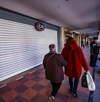 Un comercio cerrado en la capital tras las nuevas medidas impuestas por Sanidad.
