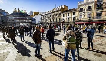Hosteleros que el viernes acudieron a la plaza Mayor para visibilizar su situación con el nuevo cierre impuesto por la pandemia.
