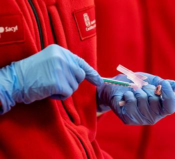 Una sanitaria de Sacyl prepara una dosis de la vacuna contra la covid-19 en Burgos.