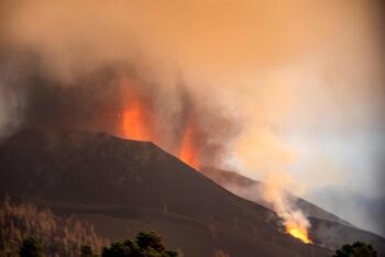 El volcán mantiene cuatro centros emisores y dos coladas