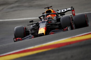 Verstappen domina antes de estrellar su coche