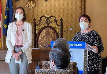 La alcaldesa, a la derecha, junto a la ministra Reyes Maroto