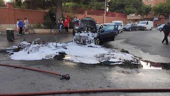 Los bomberos sofocan el incendio de un vehículo